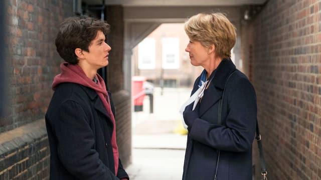 Ein junger Mann und eine Frau sprechen zusammen. Ausschnitt aus dem Film «The Children Act»