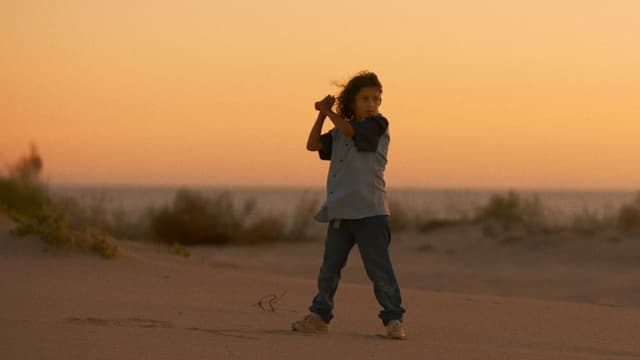 ein Mädchen steht in der Wüste