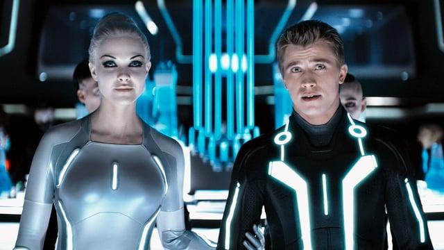 Beau Garrett und Garrett Hedlund in futuristischer Kleidung.