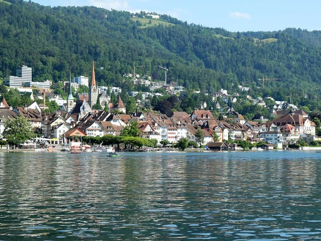 Blick vom See auf die Zuger Altstadt.