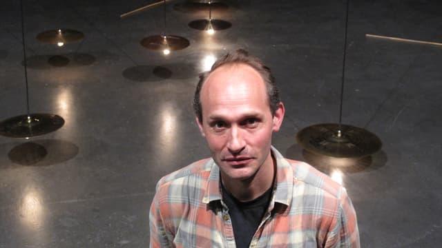 Dimitri de Perrot in der grossen Halle des Luzerner Kulturzentrums Südpol.
