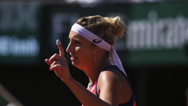 Timea Bacsinszky streckt einen Finger in die Luft.