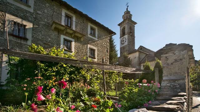 Dorf und Kirche im Tessin.