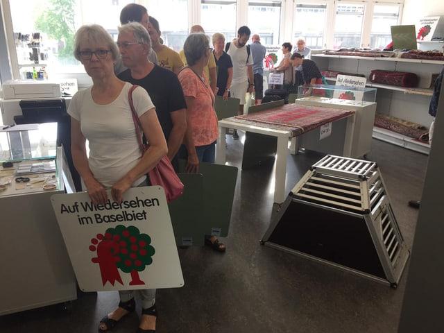 Rund 60 Personen erwarben am Donnerstag eines der alten Kantons-Schilder.