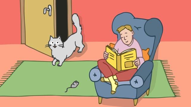 Eine Frau sitzt auf einem Sofa. Ihre Katze schleicht um die Türe herum.