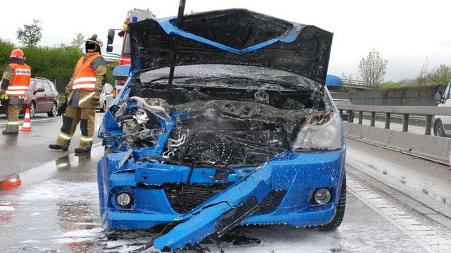 Ein sportlicher Wagen mit ausgebranntem Motor.