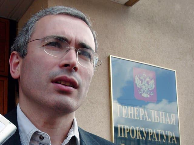 Michail Chodorowski 2003 blickt in die Ferne.