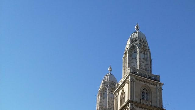Eine Kirche mit zwei Türmen bei blauem Himmel.