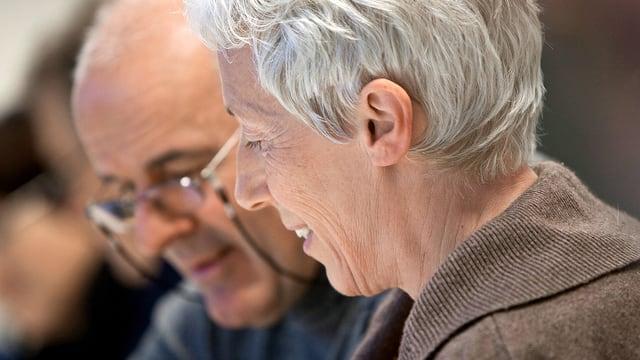 Zwei ältere Menschen beim Diskutieren