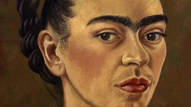 Porträt einer Frau mit fast zusammengewachsenen Augenbrauen