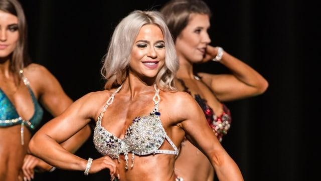 Andrea Schärer während dem Wettkampf in einem Bikini.