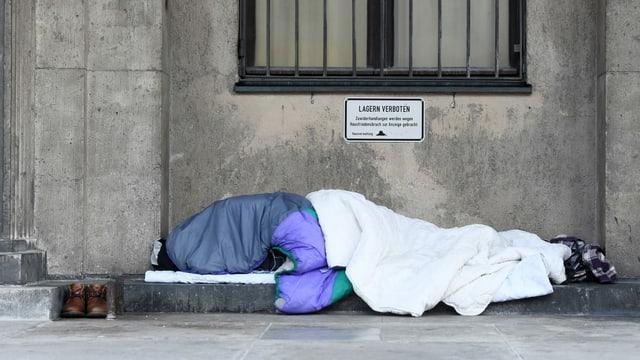 Eine obdachlose Person