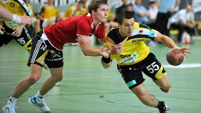 Zwei Handballerspieler in voller Aktion