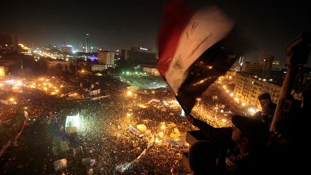 Ein Ägypter weht die Nationalflagge über dem Tahrir Platz in Kairo anlässlich des ersten Jahrestages des Protests gegen Hosni Mubarak