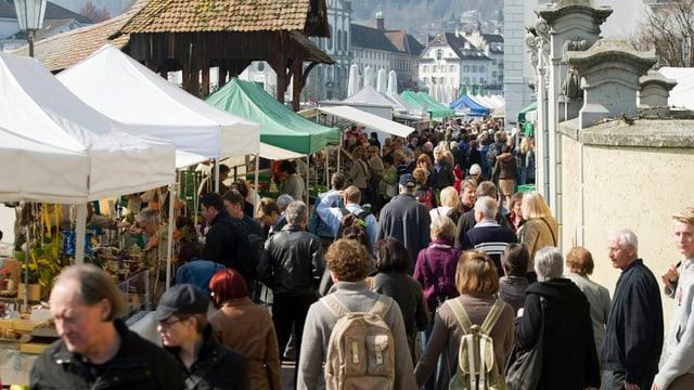 Marktstände mit Menschen in Luzern.