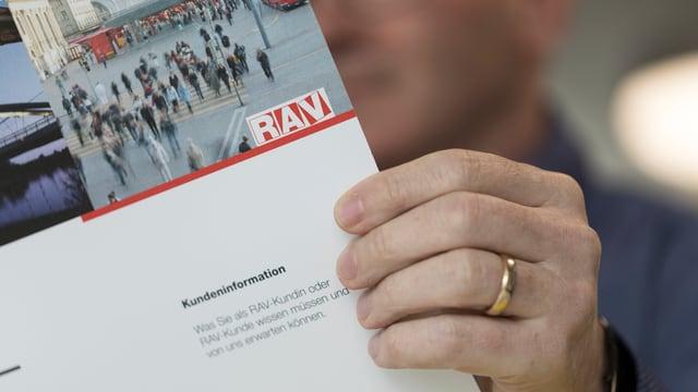 Mann liest RAV-Broschüre