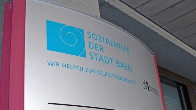 """Das Logo """"Sozialhilfe der Stadt Basel"""" auf dem Sozialamt."""