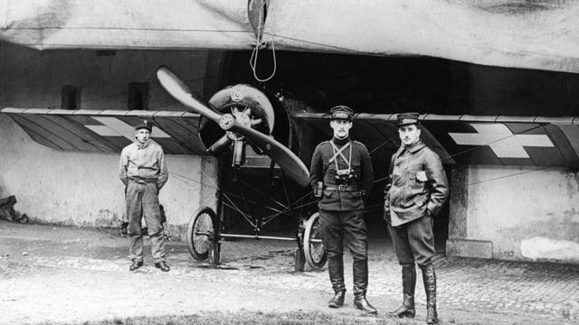 Zwei Piloten der Schweizer Luftwaffe vor einem Flugzeug, während des Ersten Weltkriegs.