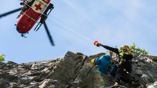 Bergrettung in den Alpen mit einem Helikopter.