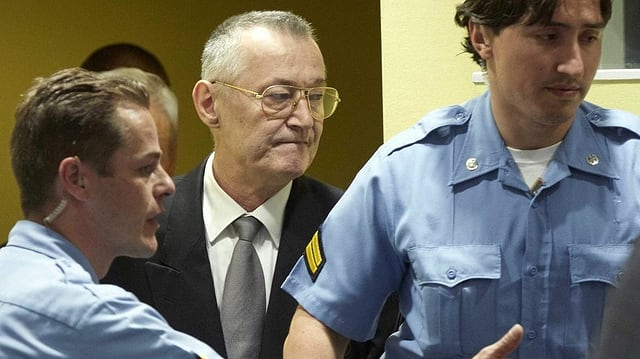 Simatovic mit Polizisten.