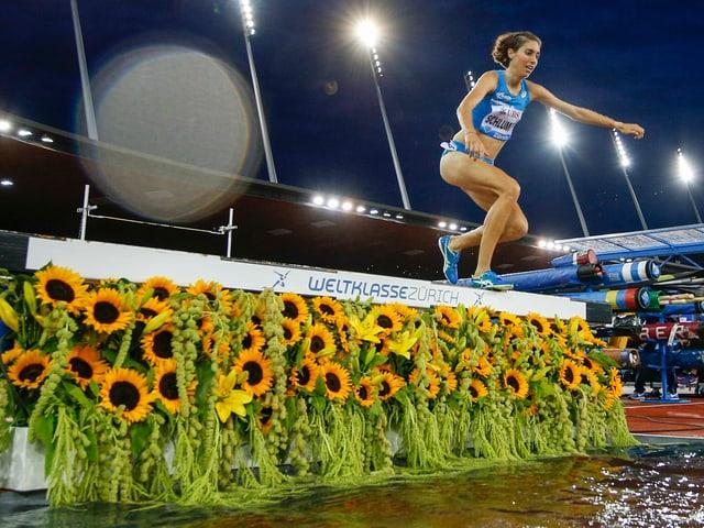 Fabienne Schlumpf überspringt ein Hindernis.