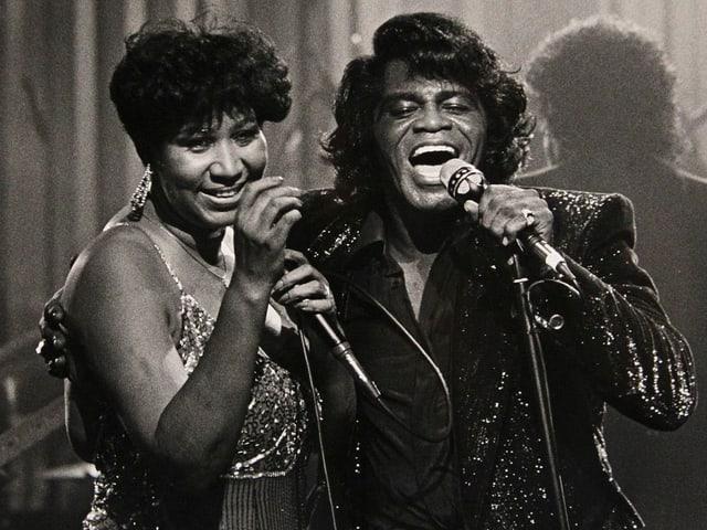 Aretha Franklin und James Brown singen im Duett.