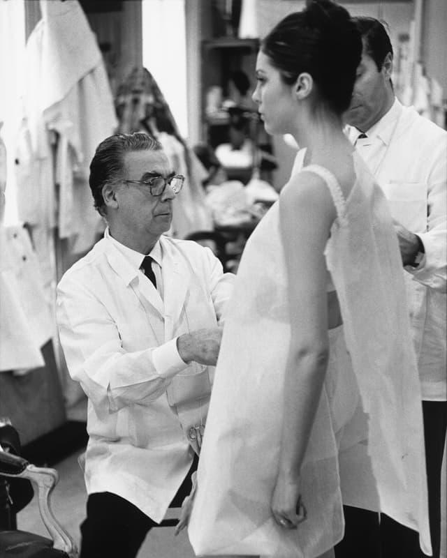 Modemacher Balenciaga bei der Arbeit.