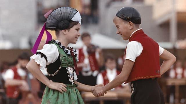 Zwei Kinder in Trachten Tanzen