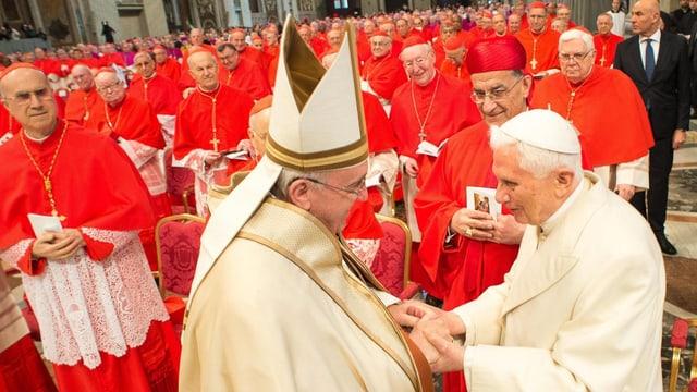Papst Franziskus begrüsst seinen Vorgänger, den emeritierten Papst Benedikt XVI.