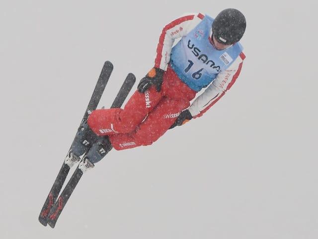 Skiakrobat Noé Roth bei einem Sprung