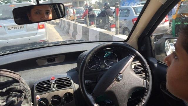 Savita bei der Taxi-Fahrt durch Delhi,