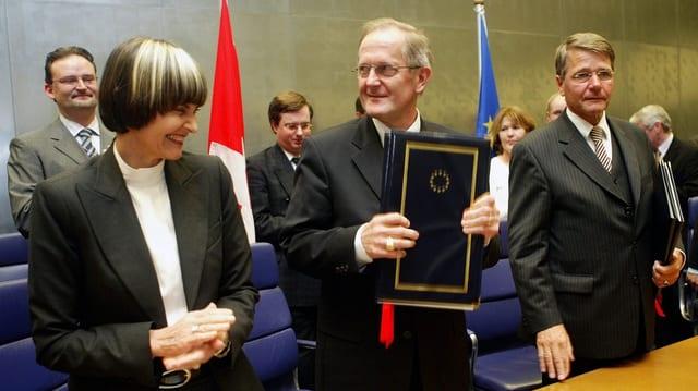 Micheline Calmy-Rey, Joseph Deiss und der dänische Justizminister Jan Piet Hein Donner 2004 in Luxembur.g