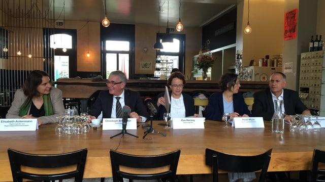 Alle Regierungskandidatinnen und -kandidaten der Linken in Basel an einem Tisch.