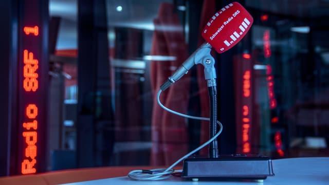 Ein Mikrophon mit rotem Windschutz und der Aufschrift Radio DRS.