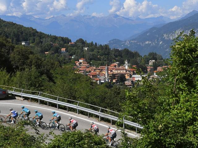 Fahrer beim Anstieg zur Madonna del Ghisallo.