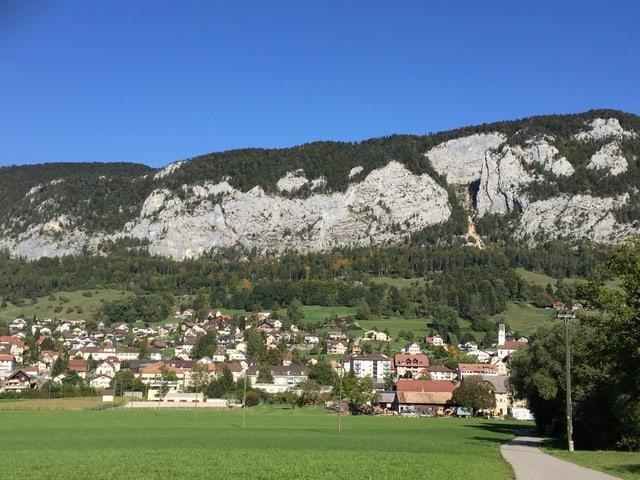 Dorf am Fusse eines Berges