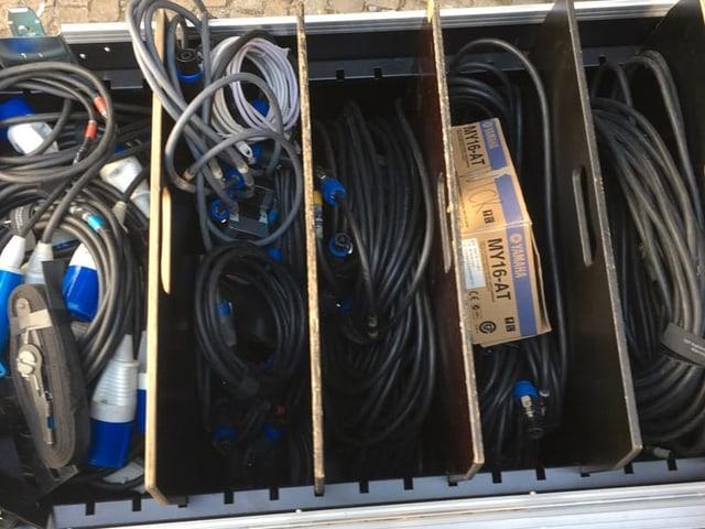 Kabelrollen und Technikmaterial in einer Kiste