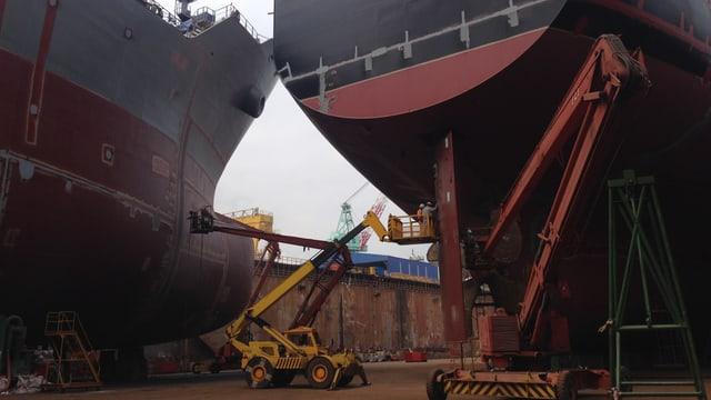 Zwei grosse Frachter sind zu sehen