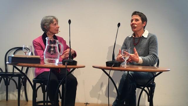 La moderatura Maria Cadruvi (san.) cun Madlaina Rauch-Stuppan.