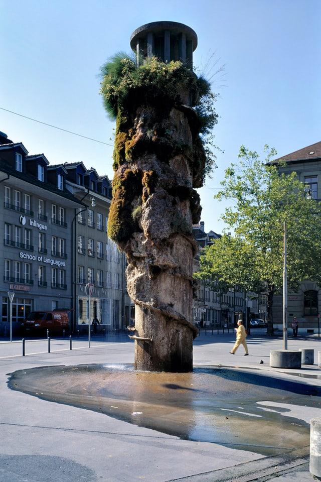 Der runde und hohe Brunnen.