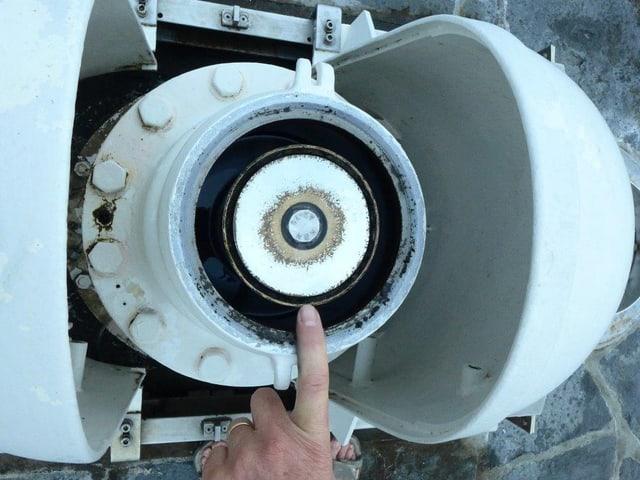 Finger, der auf die grosse, runde Düse des Jet d'eaus zeigt.