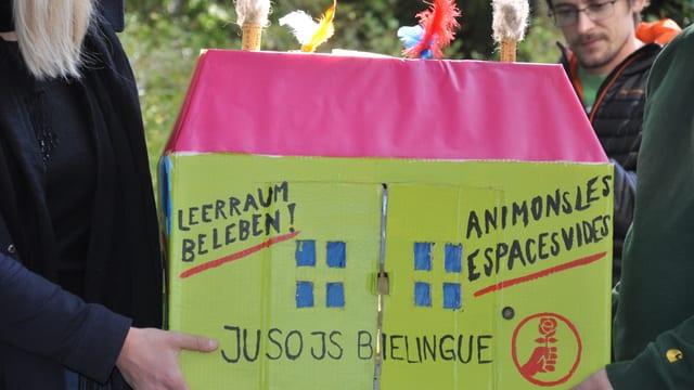 """Kartonhaus mit Schrift """"Leerraum beleben"""""""