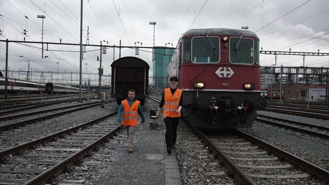 Jonas und Lokführerin Lea laufen.