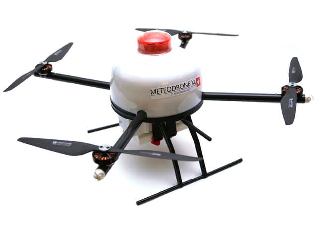 """Drohne mit 4 Propellern, Warnlampe und Aufschrift """"Meteodrone"""""""
