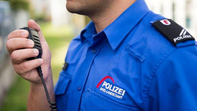 Polizist in Uniform mit Funkgerät