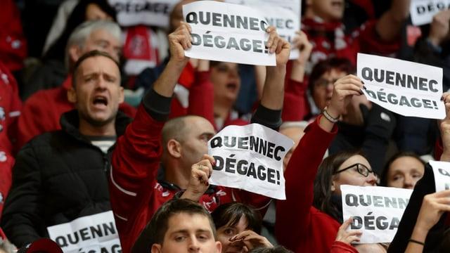 Lausannes Anhänger halten Plakate in die Höhe