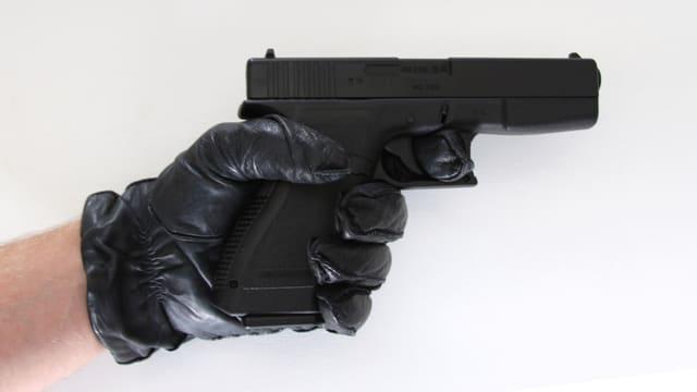 Eine kleine Waffe, von einer Hand gehalten.