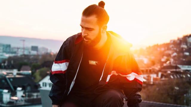 Rapper auf Balkon vor Sonnenuntergang