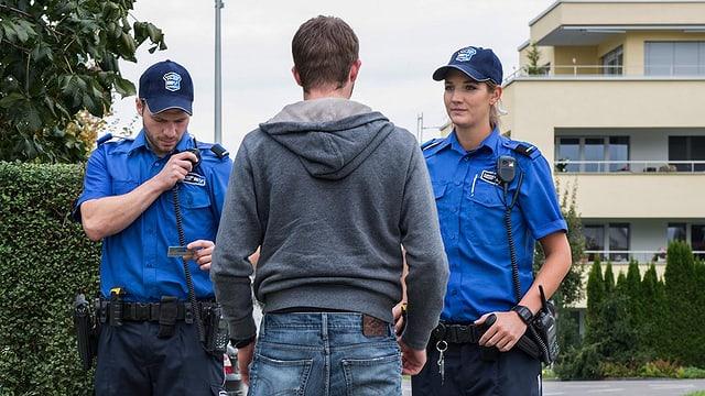 Zwei Polizisten stellen einen Mann