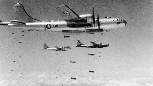 Amerikanische Flugzeuge lassen Bomben fallen.